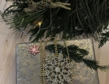 Prezent cały w złocie - złoty papier uzupełniają również złote dodatki.